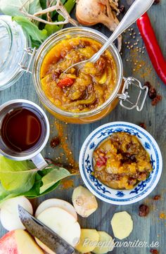 Äppelchutney - en kryddig röra av kokta äpplen smaksatt med färsk röd chili, kanel, röd vinäger, vitlök, lök, russin, färsk ingefära, senapsfrön, garam masala och lite currypulver. My Jam, Preserving Food, Garam Masala, Chutney, Preserves, Starbucks, Curry, Canning, Fruit