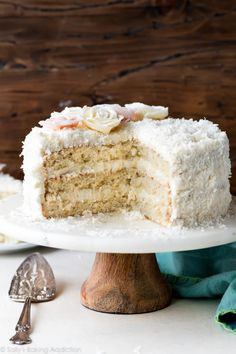 ***Fluffy and Moist Coconut Cake ~ this coconut layer cake features shredded coconut, coconut milk, and cream cheese buttercream. Buttercream flowers make a gorgeous decoration for this cake recipe! Nutella, Granola, Muesli, Pastas Recipes, Healthy Recipes, Cupcakes, Cupcake Cakes, Chips Ahoy, Healthy Breakfast Bowl