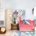 Un salón ecléctico con un sofá de terciopelo rosa · An eclectic living room with a velvet pink sofa