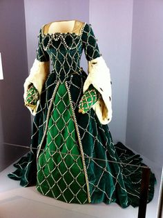 Beautiful Velvet and Fur Wedding Gown par TheStitchkateer sur Etsy