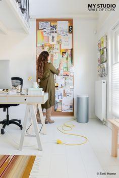 Een wand van kurk met herinneringen bij mijn werkplek (Binti Home Blog)