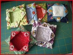 """Olá garotas!  Estive preparando algumas peças e também andei um pouco """"enrolada"""" no atelier que parece não ter fim a organização. rsrsrs e é... Yarn Crafts, Sewing Crafts, Sewing Projects, Fabric Boxes, Fabric Scraps, Mini Quilts, Tissue Paper Holder, Sewing Caddy, Lace Bag"""