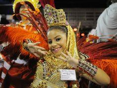 Maria Clara Chaves, de apenas 7 anos, é a rainha de bateria da Unidos de Bangu (Foto: Alexandre Durão/G1)