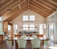 toit cathédrale en bois et plafond avec poutres apparentes pour séjour