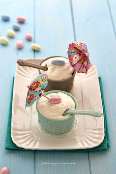 Volete fare il gelato in casa ma non avete la gelatiera? Ci pensa Vov a risolvere il problema!!! Grazie a questo liquore all'uovo si può realizzare un gelato cremoso, buono e che non ghiaccia mai grazie alla presenza dell'alcool. Questo gelato si realizza con solo 3 ingredienti: panna fresca, Vov