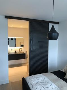 Luxe schuifdeur tussen slaapkamer en badkamer. Rimadesio Stripe Italiaans design. Aluminium horizontale profielen met glas Narrow Closet Design, Mini Bad, Barn Style Sliding Doors, Pole Barn House Plans, Parents Room, Hidden Rooms, Apartment Interior Design, New Living Room, House Rooms