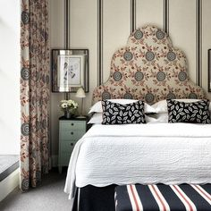 Love the beautiful pattern mixing in the neo trad Crosby Street Hotel. Who knew red, black and white could be so chic (thank you mint green accent) Home Bedroom, Bedroom Decor, Gaston Y Daniela, Style Deco, Cool Beds, Guest Bedrooms, Beautiful Bedrooms, Cottage, Relax
