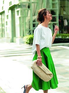 【大人のTシャツコーデ】は全然難しくない! 体型カバーもトレンド感も叶うTシャツコーデ19選 – STORY [ストーリィ] オフィシャルサイト Straw Bag, Midi Skirt, Womens Fashion, Skirts, Cute, T Shirt, Green, Supreme T Shirt, Skirt