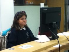 Celia, CCI da biblioteca Forum traballando na elaboracion da guia de lectura.