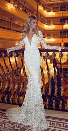 Robe de mariée sirène, avec manches longues, décolleté plongeant. Parfaite pour les mariées sexy !