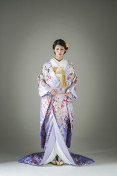 一見大人しそうに見える淡いラベンダーカラー。そこには桜や藤の花が美しく咲き誇り、晴れの日を待ちわびていたように鶴が優雅に舞います。おしとやかと芯の強さを持つ大和撫子のような一着です。 古典柄/きれい/大人っぽい 桜文/牡丹文/藤/丹頂鶴をあしらった色打掛 桜鶴 ピンク 白無垢・色打掛をはじめとした結婚式の花嫁衣装を、格安でレンタルできる結婚式着物レンタル専門店【THE KIMONO SHOP−ザ・キモノショップ】古典的な着物や引振袖・紋付袴など婚礼衣装を幅広く取り揃えております【新宿・東京・大阪・福岡】 Traditional Japanese Kimono, Traditional Fashion, Traditional Dresses, Furisode Kimono, Kimono Dress, Kimono Tradicional, Japanese Wedding Kimono, Japanese Costume, Long Kimono