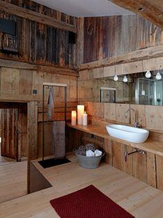 Banheiro de madeira, adorei.