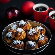 LCHF Kokoskakor, perfekt till adventsfikat eller som gotta att servera till jul. Dessa kokoskakor är fantastiskt goda, och enkla! Här hittar du receptet.