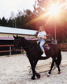 Dell Anima, Autumn Photography, Photo Sessions, Pink Girl, Famous People, Cool Photos, Photoshoot, Horses, Purple
