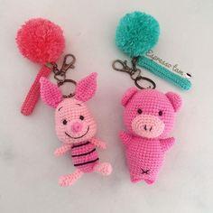 Chaveiro De Crochê Inspirações – Arteirices e Costurices Love Crochet, Crochet Gifts, Crochet Toys, Handmade Soft Toys, Crochet Keychain, Crochet Accessories, Amigurumi Doll, Baby Knitting, Crochet Patterns