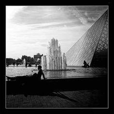 Au pied de la Pyramide du Louvre * Paris