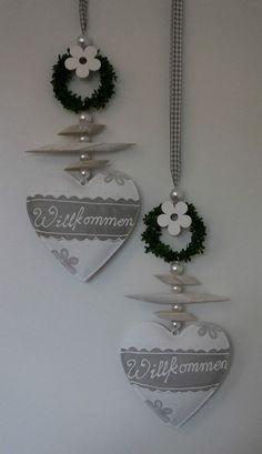 Preis bezieht sich auf ein Deko-Hänger, wirkt besonders gut in Gruppen wie auf dem Bild oben zu sehen. Holz-Blume und Perlen. Kann als Fensterdekoration, Türschmuck oder als Geschenk verwendet werden. | eBay!