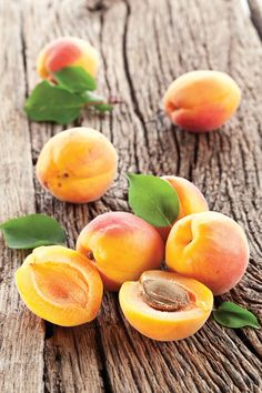 peaches, probably (there are a lot of these fruits that I can't tell apart) Fresh Fruits And Vegetables, Fruit And Veg, Apricot Tree, Apricot Fruit, Fruit Juice Recipes, Fruit Appetizers, Fruits Photos, Fruit Photography, Fruit Cups