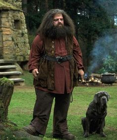 FANG is a bullmastiff that belongs to HAGRID in the Harry Potter novels and movies. The huge bullmastiff dwarfs in comparison to Hagrid. Cosplay Harry Potter, Saga Harry Potter, Harry Potter Halloween, Harry Potter Universal, Harry Potter Characters, Harry Potter World, Draco, Rúbeo Hagrid, Hagrid Costume