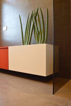 'Cactus' è una panca con diverse funzioni: una seduta e un appoggio, un contenitore e una fioriera, grazie alla vasca in acciaio inserita nel piano.