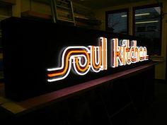 """Mit Neonbuchstaben wie dem Schriftzug """"Soul Kitchen"""" lassen sich ganz individuelle Logos und Formen umsetzen"""
