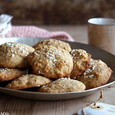 Mandelcookies er fine og enkle julekaker med fin smak av mandler og appelsin. Disse kakene forsvinner fort fra kakefatet, så pass på at du har mange nok...