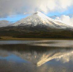 El Cotopaxi y su reflejo en la laguna de Limpiopungo en la serranía ecuatoriana