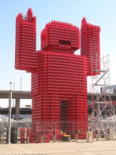 Estatua gigante montada con cajas de coca cola.