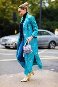 The Best Street Style From London Fashion Week Chic Summer Outfits, Spring Fashion Outfits, New York Street Style, Street Style Summer, Blue Oxford Shirt, Cool Street Fashion, London Fashion, Autumn Winter Fashion, Beautiful Outfits