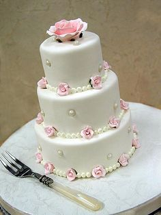 Pearls and roses. A two tier version would make a lovely ladies cake.