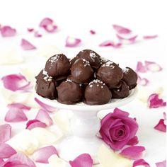 Garnera chokladtryfflarna med flingsalt som ger en extra touch.