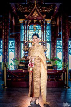 งามไทยแท้ตระการตา👑🎉ชุดผ้าไหมสไบปักเลื่อม ลูกไม้สลับเพชร💎ผ้านุ่งสีทองตัดสีขับความเด่นลายพุ่มแดงพร้อมเครื่องประดับนครแท้ ที่จะส่งให้เจ้าสาวสวยหรูดูแพง😘👰👑 Modern Wedding Studio Phuket สตูดิโอแต่งงานของคนมีระดับ😎😘 #preweddingphuket, #weddingphuket, #แต่งงานภูเก็ต, #ช่างแต่งหน้าภูเก็ต, #modernweddingphuket🎉
