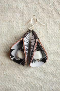 Textile earrings bells fabric black on white - Earrings White Earrings, Diy Earrings, Leather Earrings, Leather Jewelry, African Earrings, African Jewelry, Textile Jewelry, Fabric Jewelry, Jewelry Crafts