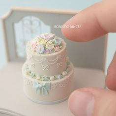 Cake Dollhouse♡♡ By Bonne Chance Polymer Clay Cake, Polymer Clay Miniatures, Polymer Clay Crafts, Polymer Clay Creations, Dollhouse Miniatures, Miniature Crafts, Miniature Food, Miniature Dolls, Mini Wedding Cakes