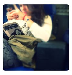 Lettrice con Oscar Wilde e iPhone