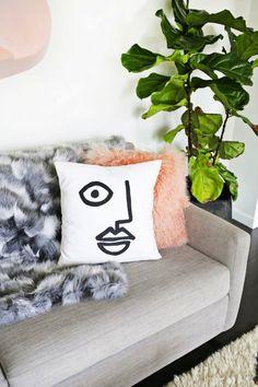 Diy Home : Easy abstract face pillow DIY (click through for tutorial) - ListFender Diy Throws, Diy Throw Pillows, Sewing Pillows, Plain White Mugs, Quirky Decor, Diy Inspiration, Abstract Faces, Abstract Art, Beautiful Mess
