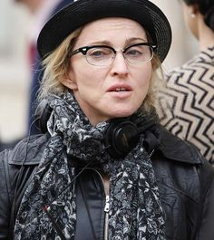 Top 9 Shocking Pictures of Madonna without Makeup ( Is So Cool) eye makeup over 60 with glasses - Eye Makeup Madonna Hair, Madonna 80s, Glasses Eye Makeup, Madonna Photos, Photo Makeup, Makeup Pics, 80s Makeup, Cooler Look, Famous Stars