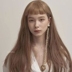 Eyeliner, soft lips, natural brows, flushed cheeks, pale skin and black hair. Hair Inspo, Hair Inspiration, Corte Y Color, Natural Brows, Brown Hair Colors, Korean Hair Color Brown, Just Girl Things, Grunge Hair, Face Hair