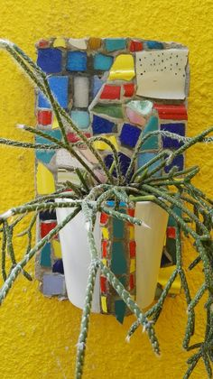 Mosaiquismo. Maceta colgante con taza y trencadis por Ricardo Stefani. Angeles, Gift Wrapping, Gifts, Hanging Flower Pots, Art, Gift Wrapping Paper, Angels, Presents, Wrapping Gifts