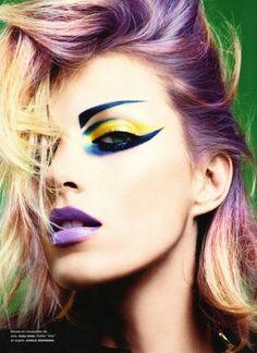 cejas dibujadas, sombra amarilla, delineado extremo bajo el ojo, labios lilas
