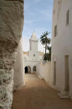Sahara village in white | Maroc Désert Expérience | http://www.marocdesertexperience.com #maroc #morocco #marruecos #marocco