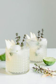 Soho Sling – Gin Cocktail mit Thymian · Eat this! Foodb - Uncategorized tips patterns fun break fashion patricks day Gin & Tonic Cocktails, Gin Cocktail Recipes, Gin And Tonic, Cocktail Drinks, Cocktail Shaker, Margarita Cocktail, Gin Fizz, Winter Cocktails, Easy Cocktails