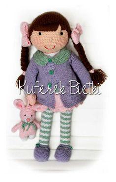 Ayla - zabawka wykonana ręcznie na szydełku. Lalka ubrana jest w sukienkę, płaszczyk oraz szydełkowane buciki.  Wielkość lalki : około...