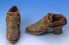 Pair of brown, old gold and deep pink silk brocade buckle latchet shoes. Slightly pointed toes. Two inch covered Louis heels. Latchets to buckle over tongue. Mustard yellow braid binding. White kid rand. Leather sole and top piece. Image via Northampton Museums & Art Gallery. #Georgian #shoes #fashion