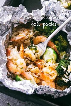 Shrimp Foil Packets with Broccoli and Rice - These foil packets are loaded with shrimp, broccoli and rice tossed in a delicious Asian inspired sauce, and they make for a quick, easy dinner packed with flavor! Tin Foil Dinners, Foil Packet Dinners, Foil Pack Meals, Foil Packets, Fast Dinners, Shrimp Recipes Easy, Rice Recipes, Easy Dinner Recipes, Seafood Recipes