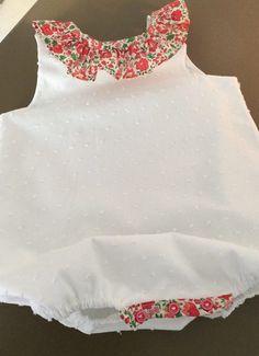 Une adorable barboteuse, idéale pour habiller bébé l'été quand les températures montent sur le baromètre. Elle est élégante et simple grâce à son plumetis de coton blanc - 16151807