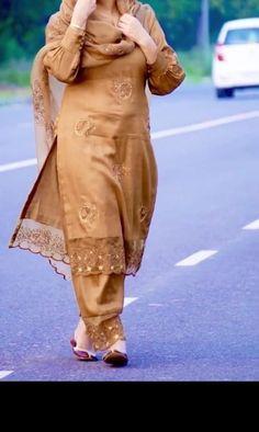 Punjabi Suits Designer Boutique, Boutique Suits, Indian Designer Suits, Embroidery Suits Punjabi, Embroidery Suits Design, Simple Pakistani Dresses, Pakistani Dress Design, Stylish Dresses For Girls, Stylish Dress Designs