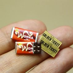 Miniature Chocolate Bar Sculptures By _ by arts__gallery Miniature Crafts, Miniature Food, Miniature Dolls, Cute Polymer Clay, Cute Clay, Doll Crafts, Cute Crafts, Clay Miniatures, Dollhouse Miniatures