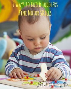I love these great and easy ways to build toddlers fine motor skills!  Perfect easy ways to help your little one grow up with a great base for education!