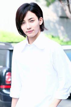 Jeonghan Seventeen, Diamond Life, Pledis 17, Street Smart, Pledis Entertainment, Mingyu, White Outfits, Vixx, Boys Who